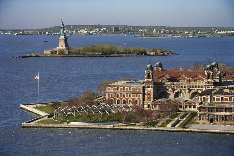 Ellis Island y la Estatua de la Libertad al fondo